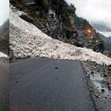 हिमाचल में बीच सड़क पर गिरा ग्लेशियर, कई घंटों तक फंसे रहे सैकड़ों लोग