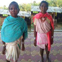 नक्सली बताकर गिरफ्तार बेटों को बचाने के लिए भटकती आदिवासी मांएं