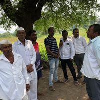 महाराष्ट्र चुनाव: क़र्ज़ में दबे किसानों का आरोप, सरकार चाहती है जान जल्दी चली जाए
