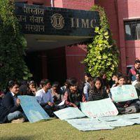 Ground Report: क्यों मजबूर हैं IIMC के छात्र प्रदर्शन को, कितनी है फ़ीस और क्या है सच्चाई