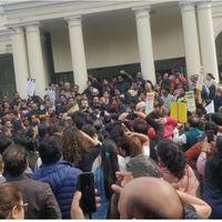 दिल्ली यूनिवर्सिटी के शिक्षकों ने किया VC कार्यालय का घेराव, 5000 एडहॉक शिक्षकों की नौकरी दांव पर