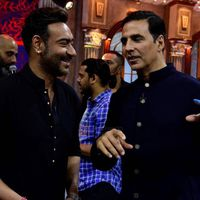 Akshay Kumar and Ajay Devgn gives a message to their fans who fights over them