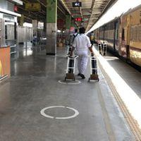 दिल्ली में भर गए अस्पताल, आइसोलेशन वार्ड में तब्दील हो रहे हैं रेलवे कोच, देखिए अंदर का वीडियो