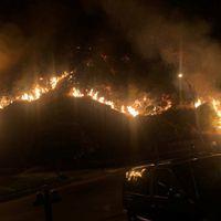 कुदरत का कहर! 11,000 बिजलियां गिरने से जल उठा कैलिफोर्निया, हज़ारों लोग प्रभावित
