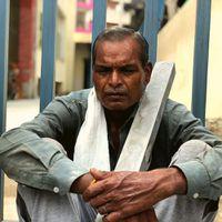 'बच्चों को पकड़ कर सो लेते हैं, चुपके चुपके रो लेते हैं - शहर लौटे मज़दूरों का संकट