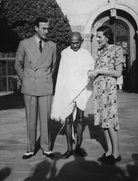 Viscount Mountbatten (1900 - 1979), the new Viceroy of India and his wife Edwina (1901 - 1960) invite Mahatma Gandhi (1869 - 1948) to the Viceroy's house in Delhi, 31st March 1947. (Photo by Topical Press Agency/Hulton Archive/Getty Images)