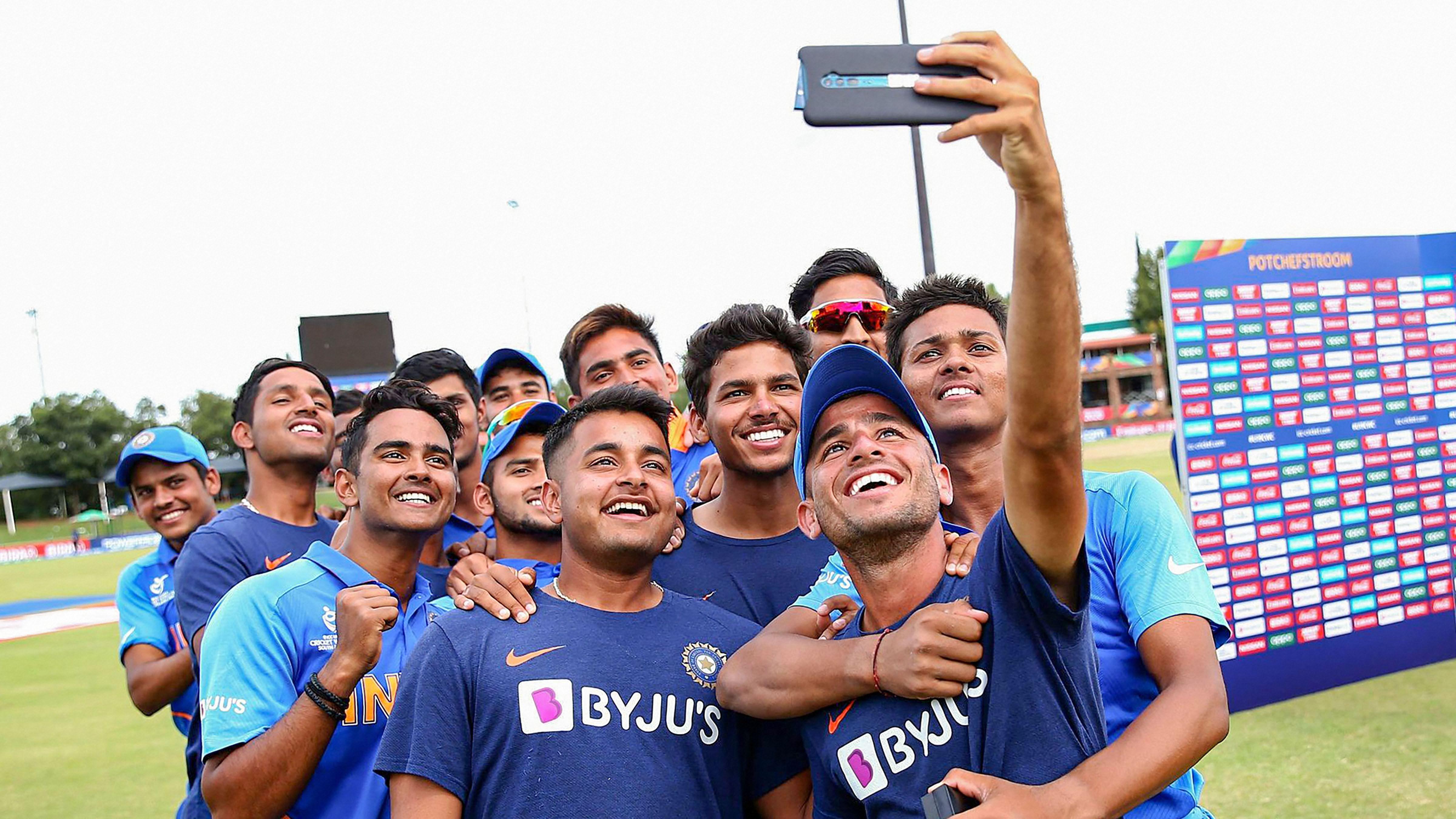 पाकिस्तान को हराने के बाद सेल्फी लेते भारतीय खिलाड़ी.