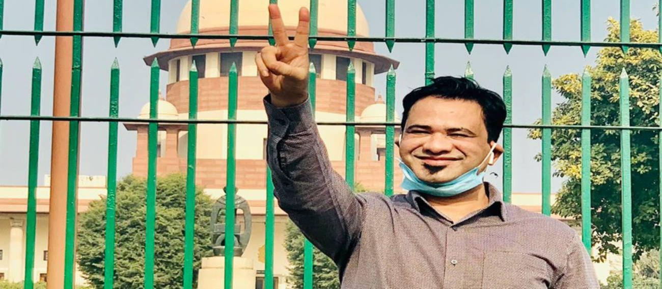 सुप्रीम कोर्ट का फैसला आने के बाद खुशी का इजहार करते डॉक्टर कफील खान.