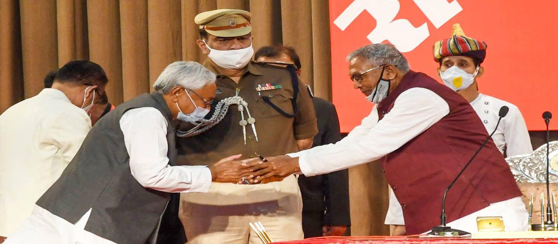बिहार के मुख्यमंत्री पद की शपथ लेने के बाद राज्यपाल से हाथ मिलाते नीतीश कुमार.