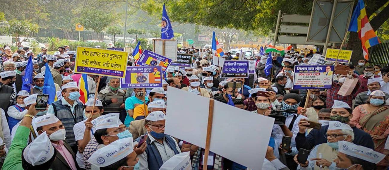 लैटरल इंट्री के खिलाफ दिल्ली के जंतर-मंतर पर विरोध-प्रदर्शन करते लोग.